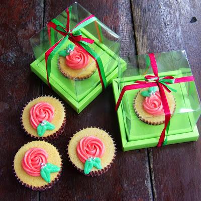 Wedding Cupcake 4: Vanilla Cupcakes with Cream Cheese Buttercream Frosting